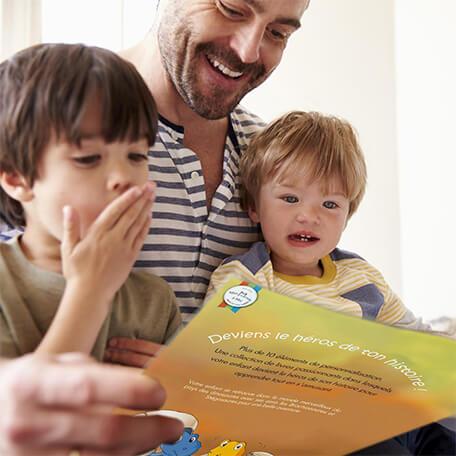 Papa lisant livre personnalisé sur les dinosoaures à ses enfants