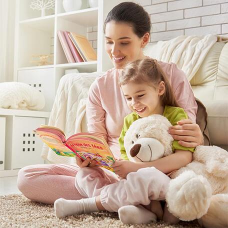 Maman lit le livre personnalisé la reine des fées à son enfant