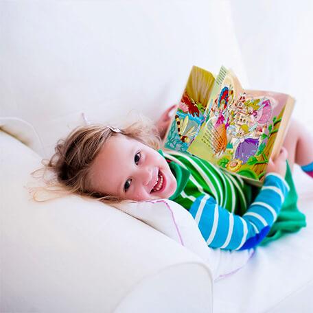 Petite fille lisant livre personnalisé la reine des fées