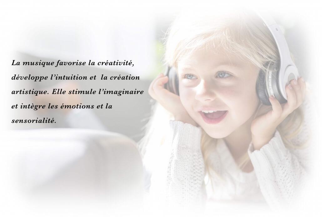 Petite fille écoute chansons personnalisées à son prénom avec écouteurs