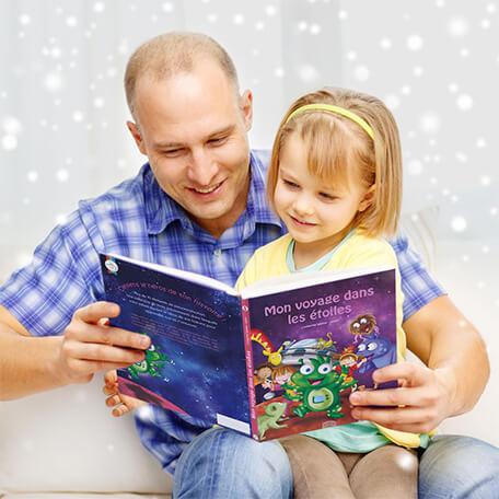 Papa lisant histoire personnalisée à sa fille sur les étoiles