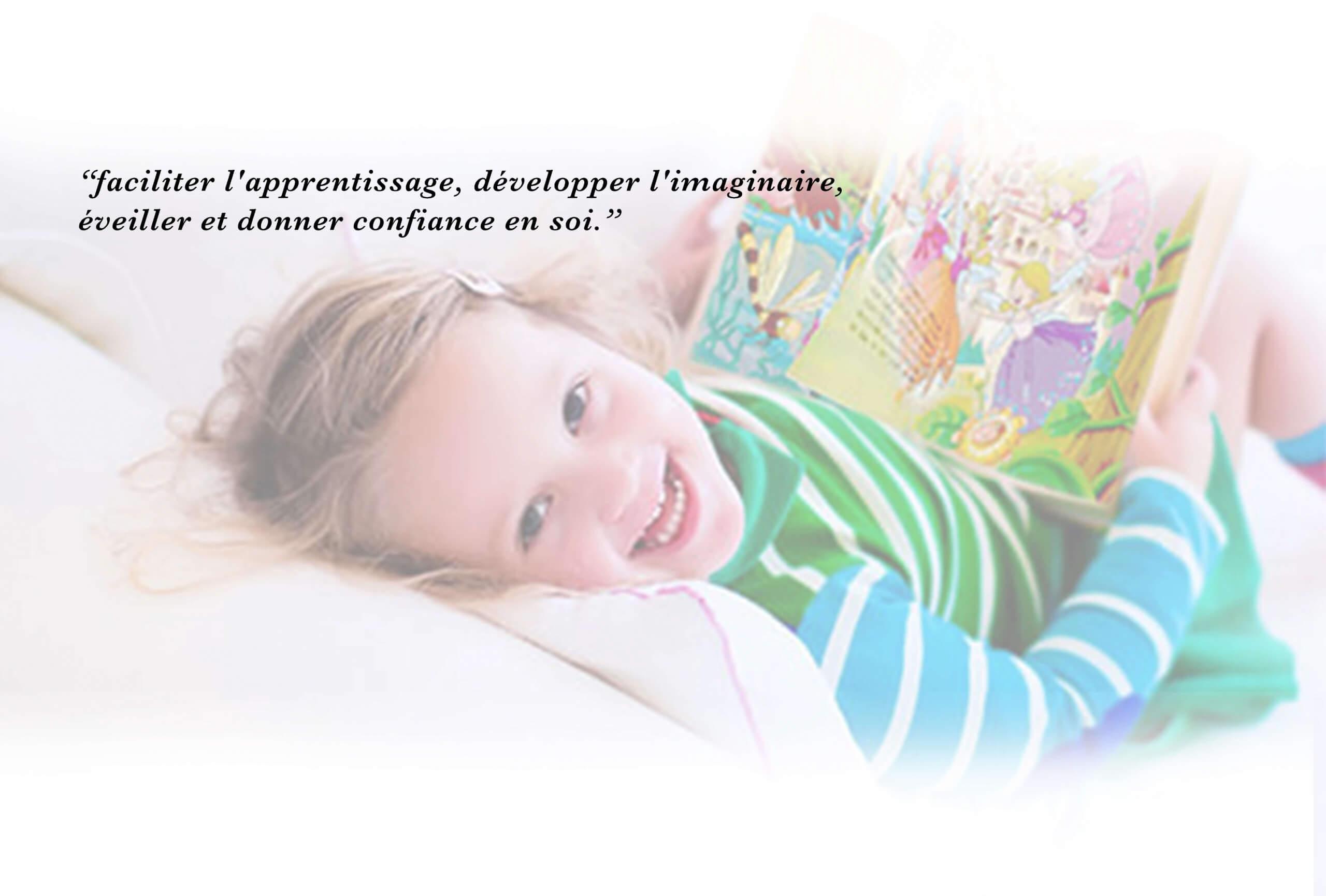 Petite fille qui lit une page de son livre et sourit
